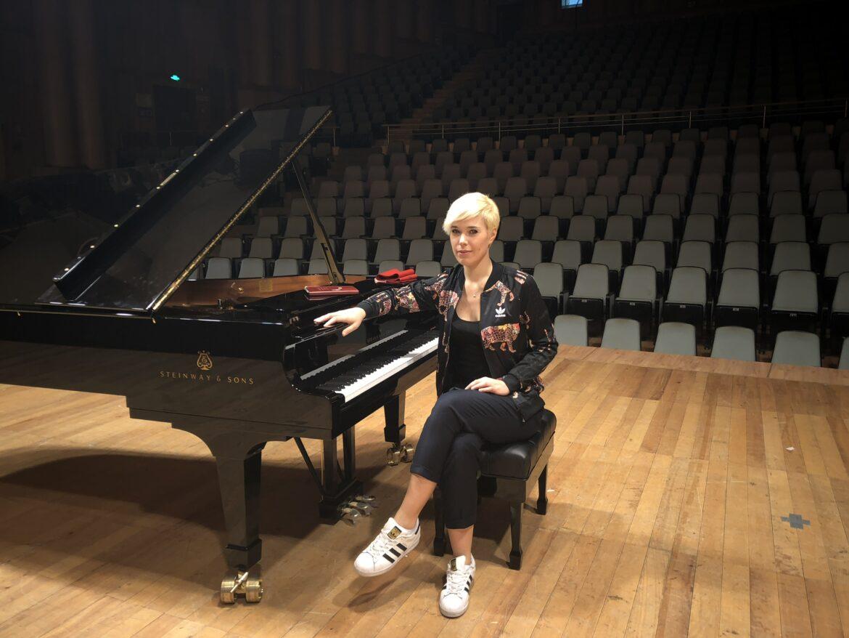 Giulia Mazzoni con la sua musica è un favoloso viaggio dentro le emozioni, libero e unico