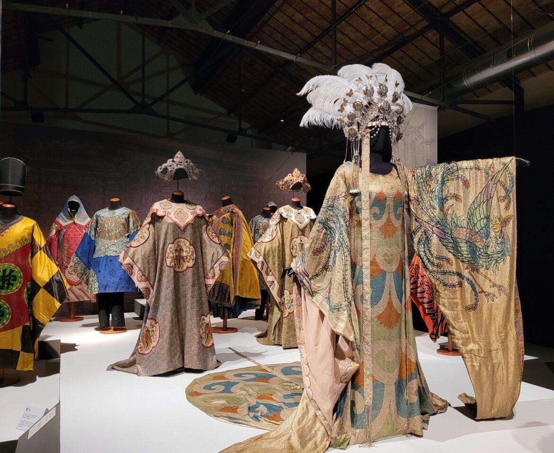 """""""Turandot e l'oriente fantastico di Puccini, Chini e Caramba"""". Al Museo del Tessuto di Prato in mostra i costumi della prima esecuzione dell'opera"""